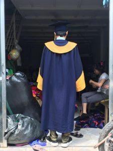 Phía sau lễ phục tốt nghiệp